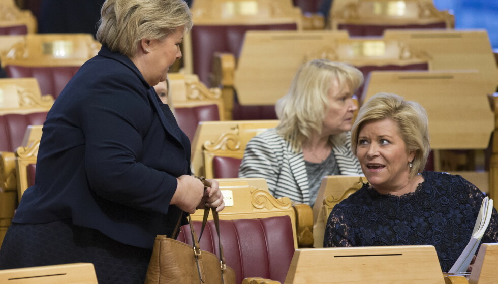 PÅ PLASS: Statsminister Erna Solberg og finansminister Siv Jensen på plass i Stortinget for å høre på debatten om statsbudsjettet. Foto: Berit Roald / NTB scanpix