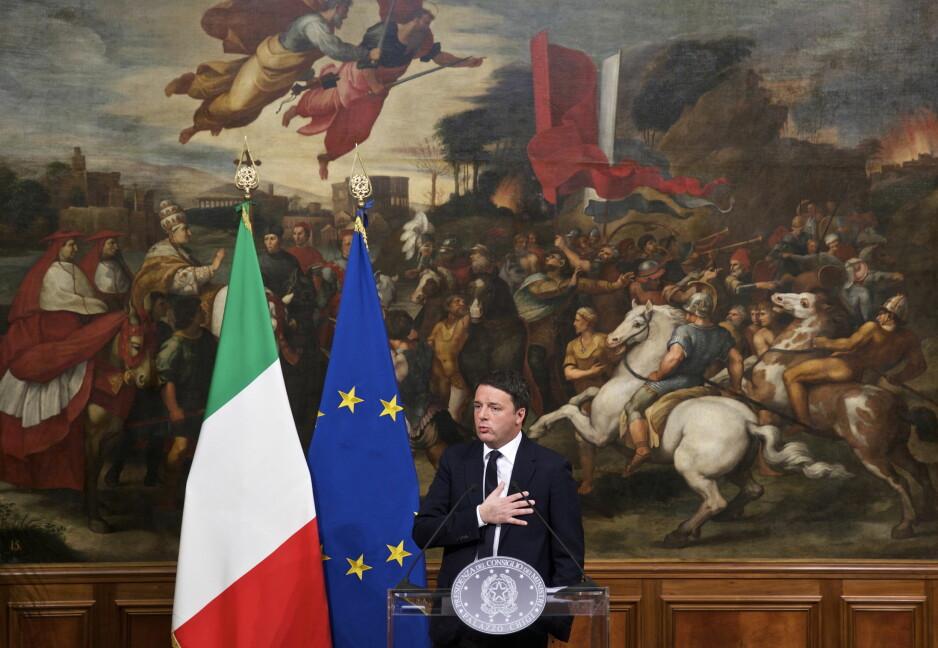 FALL: Italias statsminister Matteo Renzi holder løftet om å gå av etter det sviende nederlaget søndag. Her tar han avskjed i Palazzo Chigi. Foto: Xinhua / NTB Scanpix / Jin Yu