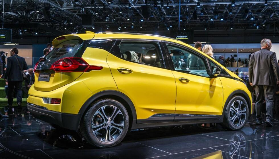 Opel Ampera-e – 50 mil: Denne kommer til å bli den mest omtalte bilen i 2017 – uten tvil. Bilen skal koste rett over 300.000, skal på på 50 teoretiske elektriske mil, og de første bilene kommer til landet i andre kvartal. Med et batteri på 60 kWh, har den like stor kapasitet som de minste Tesla Model S, men lengre rekkevidde. I tillegg er bilen i en størrelse som passer veldig mange. Selv om bilen bare er 4,17 meter lang, så har den et stort indre, takket være en fornuftig formgivning. Bestillingslisten er lang, men kommer til å bli enda lengre.