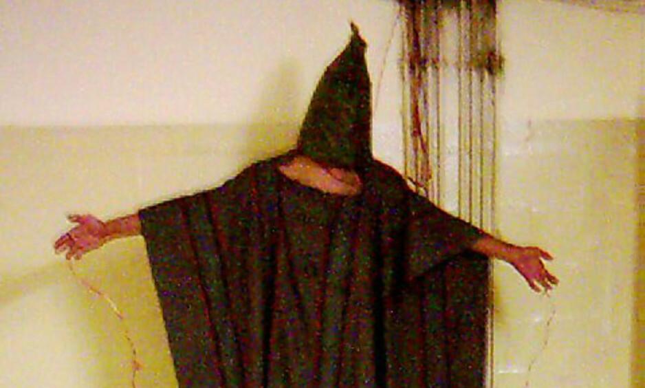 SKREKK-EKSEMPELET: Dette er ett av bildene som dokumenterte fangemishandlingen i Abu Ghraib-fengselet. Bildene, som først vist på 60 Minutes i april 2004, viste overgrepene begått av amerikansk fengselspersonell, tortur, angivelig for å få informasjon fra fangene. Foto: EPA / AP / NTB Scanpix