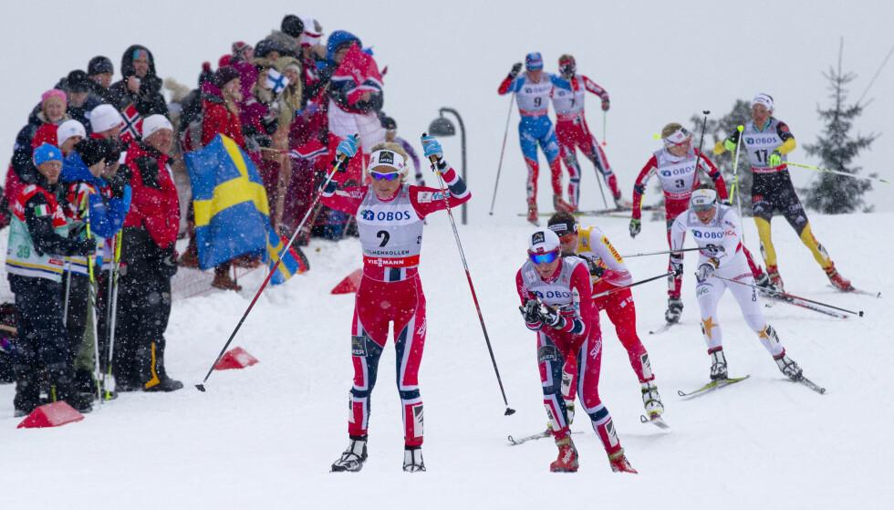 MASSE TRØKK: Det var masse supportere i løypene under VM i Holmenkollen 2011. I dag skriver Justyna Kowalczyk (nummer tre fra front) at foreldrene ble angrepet av fulle, norske supportere. Foto: NTB Scanpix