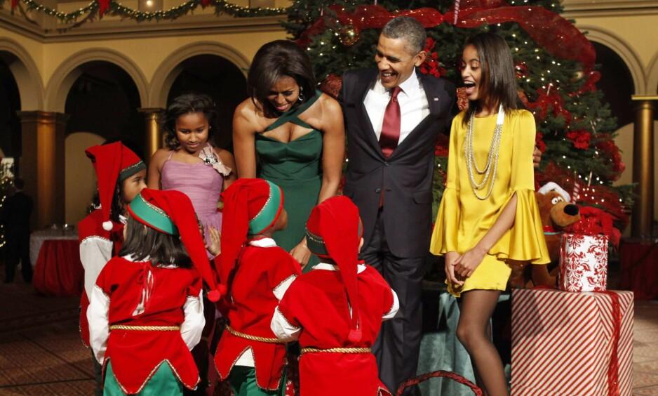JULEFAMILIEN: Sasha, Michelle, Barack og Malia Obama feirer alltid jul sammen, og ofte på Hawaii. De tar seg likevel alltid tid til å pynte Det hvite hus til randen, og inviterer ofte barn på besøk - som de nissekledde småtassene her. Foto: NTB scanpix
