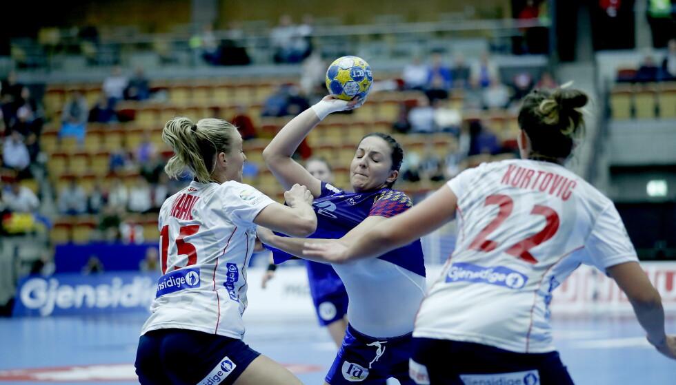 TØFF:  Silje Waade og Amanda Kurtovic stopper Eliza Lulia Buceschi. Foto: Bjørn Langsem / Dagbladet