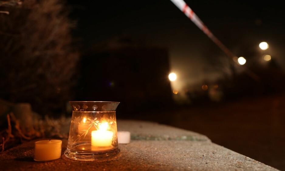 ÅSTED: Det ble natt til tirsdag satt opp lys like ved åstedet, for å minnes de drepte. Foto: Tomm W. Christiansen/Dagbladet