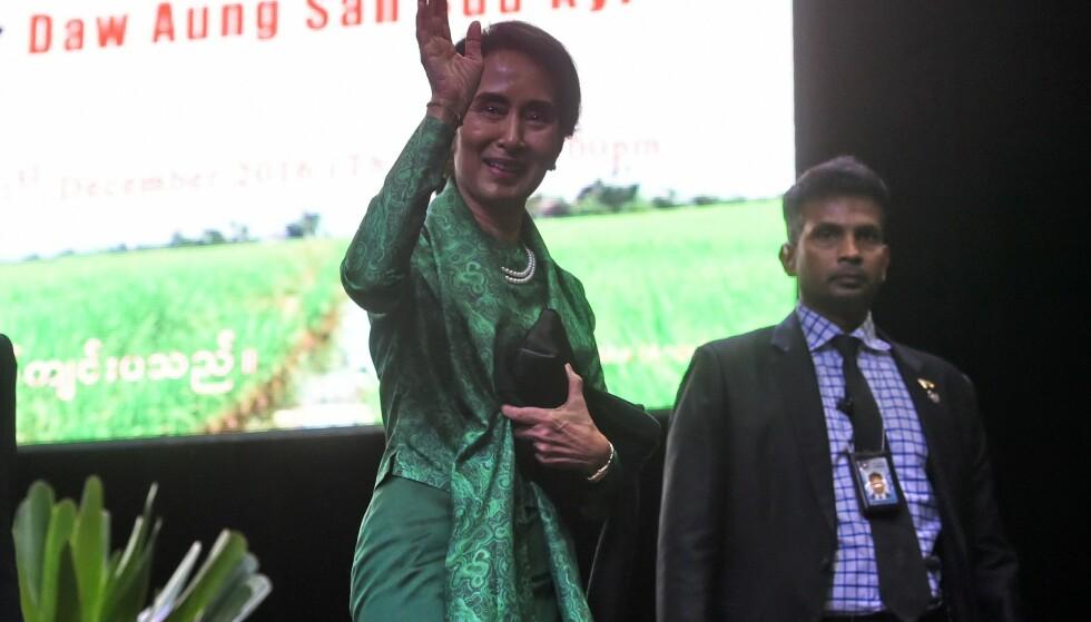 FORSVARTE OVERGREP: Sist torsdag talte Aung San Suu Kyi til 7000 tilhengere i Singapore. Talen har vakt sterke reaksjoner. Foto: AFP/Scanpix NTB
