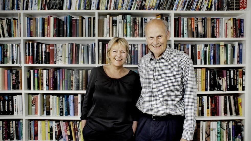 KJELLERBIBLIOTEKET: Kristin Clemet (55) stusset litt da en filosofisk essaysamling var den første boka hun fikk av ham hun seinere skulle gifte seg med, Michael Tetzschner (58).  22 år seinere har de samlet st stort bibliotek i kjelleren. Ofte går bøker den ene har likt, over til den andre.  FOTO: ADRIAN ØHRN JOHANSEN/ DAGBLADET