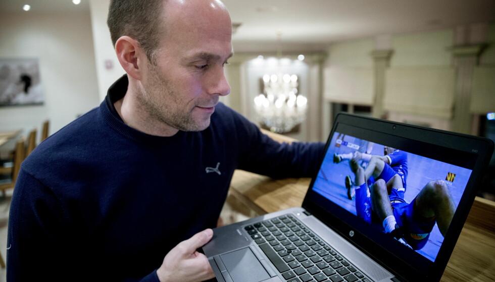 TI ÅR ETTER: Geir Oustorp, håndballekspert hos TV3, ser tilbake på et nøyaktig ti år gammelt bilde: Da leggen hans brakk på brutalt vis. Foto: Bjørn Langsem / Dagbladet