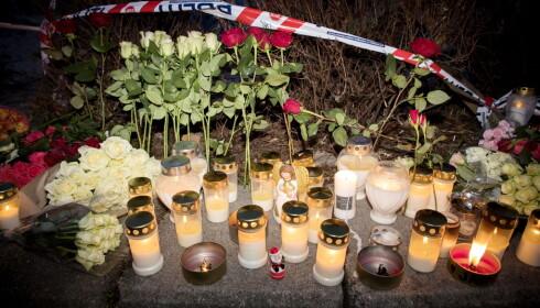 <strong>I SORG:</strong> Det er blitt tent lys og lagt ned blomster ved åstedet der Tone Ilebekk (48) og Jakob Abdullahi Hassan (14) ble knivstukket og drept. Politiet pågrep og siktet i går kveld en 15 år gammel gutt for drapet. Gutten har i avhør tilstått. Foto: Tomm W. Christiansen / Dagbladet