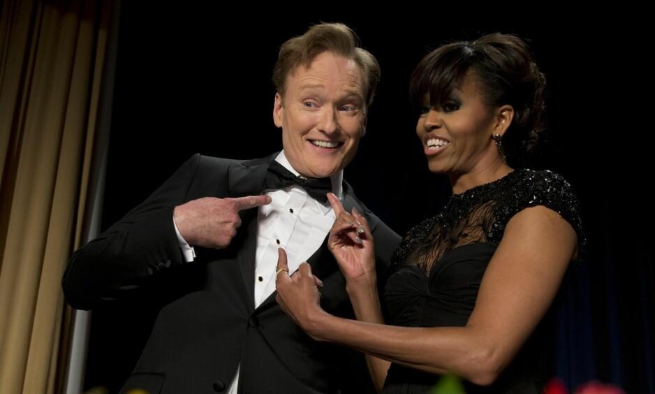 FLØRTER MED FØRSTEDAMA: Conan O'Brien var vert under korrespondentmiddagen i Det hvite hus i 2013. Og som komiker kan man spøke med førstedame Micehlle Obama. Foto: NTB SCANPIX