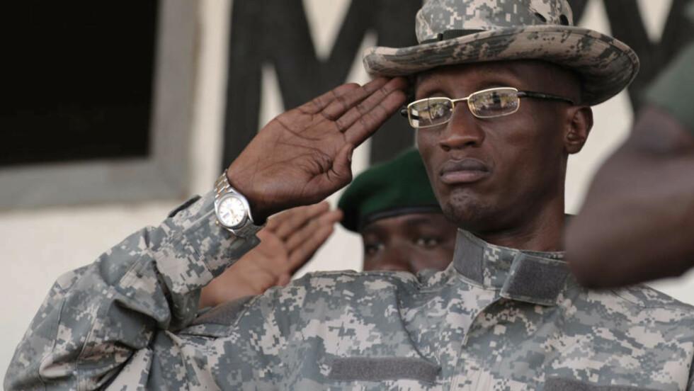 I FRIHET: CNDP-leder Laurent Nkunda hedrer CNDPs fanfare under et møte i Rutshuru i november i fjor. Nkunda ble fengslet i januar. Dagbladet kan nå publisere hans egen versjon av hva som skjedde. Foto: AFP PHOTO/Roberto SCHMIDT/Scanpix