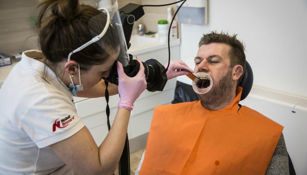 FIKSET TENNENE I UNGARN:  Robert Overen dro til Ungarn for å fikse sitt tannhelseproblem, til halv prisen. Han synes det hadde vært fint med et egenandelstak. Foto: Lars Eivind Bones / Dagbladet