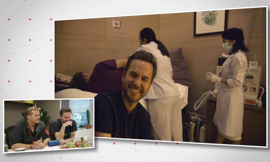 LATTEMILD: Kristian Ødegård klarer ikke å holde latteren borte når Dag Otto ligger på benken for tarmskylling. Foto: TV 2