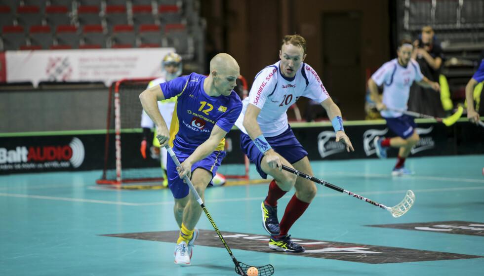 TIL KVARTFINALE: De norske innebandyspillerne, her fra oppgjøret mot Sverige i gruppespillet, skal spille kvartfinale. Foto: NTB Scanpic