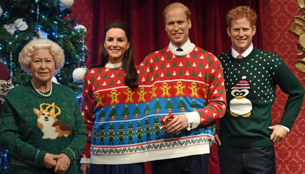 SE, SÅ FINE: Dronning Elizabeth, hertuginne Kate, prins William og prins Harrys voksfigurer skal i hele desember ha på seg stygge julegensere. Prosjektet har fått kongefamiliens velsignelse. På dronningas genser kan vi se favoritthunden hennes, en corgi. Foto: NTB scanpix