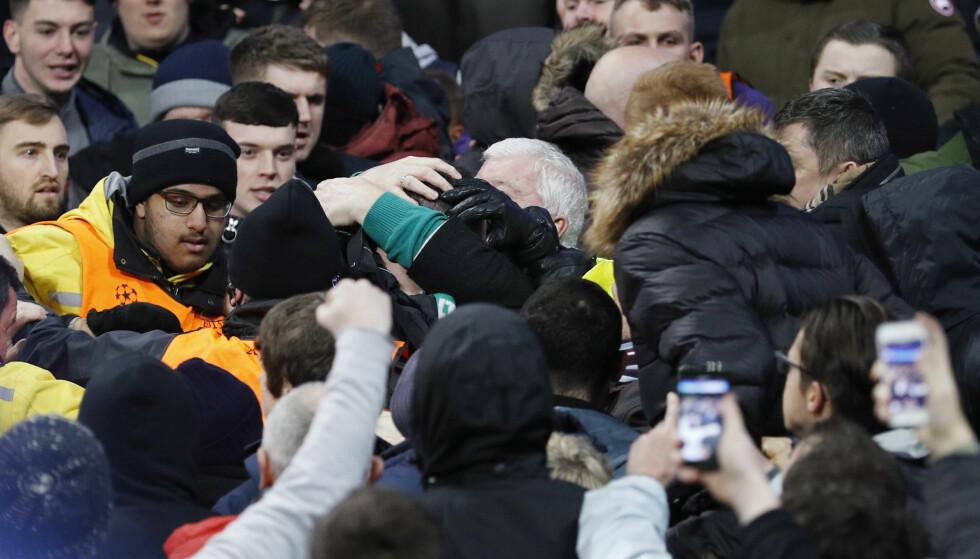 BARKET SAMMEN: Supportere under oppgjøret mellom Manchester City og Celtic. Foto: NTB Scanpix