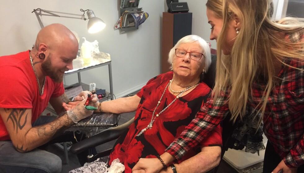 SVERIGES TØFFESTE? Sonja Kristina Ingegärd Aspestig (93) er ikke redd for å prøve ut nye ting. Nylig tok hun sin aller første tatovering. Foto: Privat