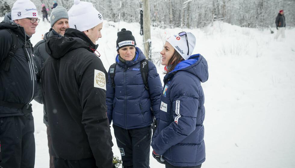TETTE BÅND: Heidi Weng setter sine nærmeste svært høyt. Her prater hun sammen med mamma May-Bente og kjæresten Kjetil Nygård etter rennene på Beitostølen. Foto: Bjørn Langsem / Dagbladet