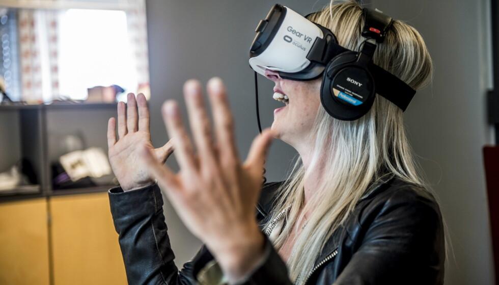 Framtids-sex: Journalist Caroline Korsvoll testet virtuell sex, det vil si VR-porno. Foto: Thomas Rasmus Skaug / Dagbladet.