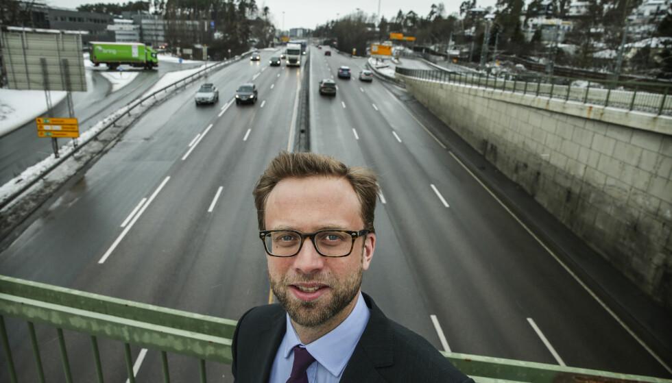 FORSTÅR: Leder av Stortingets transportkomité, Nikolai Astrup (H), her over E18 på grensa mot Bærum, forstår frustrasjonen til beboerne som fortsatt må vente på innløsning av sine eiendommer. FOTO STEIN J BJØRGE