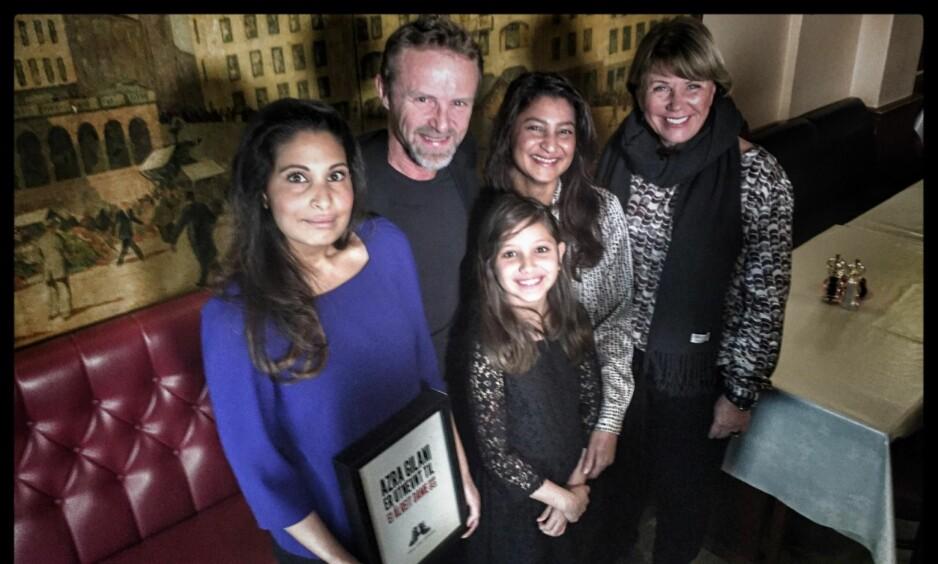 EI ÅLRIGHT DAME: Azra Gilani fikk Harry Hole-prisen 2016 og den ble tatt i mot av hennes datter, Maria (t.v.). Videre ser vi utdeler Jo Nesbø sammen med Isabel (foran), Sadif og Tove Wang fra Redd Barna som fikk en million kroner øremerket til skolegang for syriske barn. Foto: Tom Stalsberg