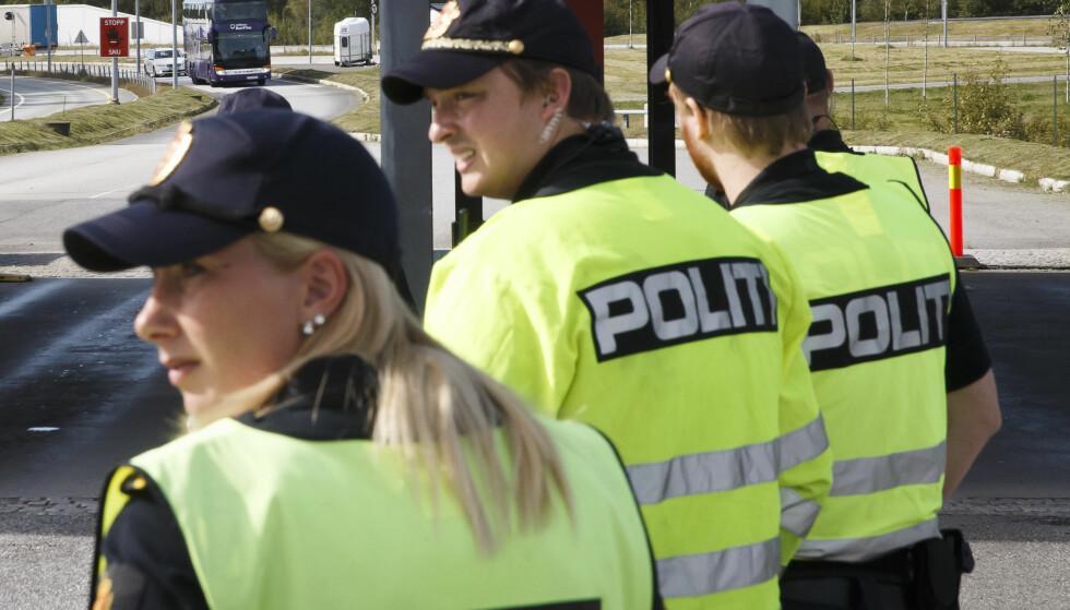 FÅR UTVIDEDE MYNDIGHETER: Tollere venter på å sjekke bussen fra Malmö. Fra den 1. januar får de utvidede myndiheter med tanke på smugling. Foto: Heiko Junge / NTB scanpix / TT / kod  20520