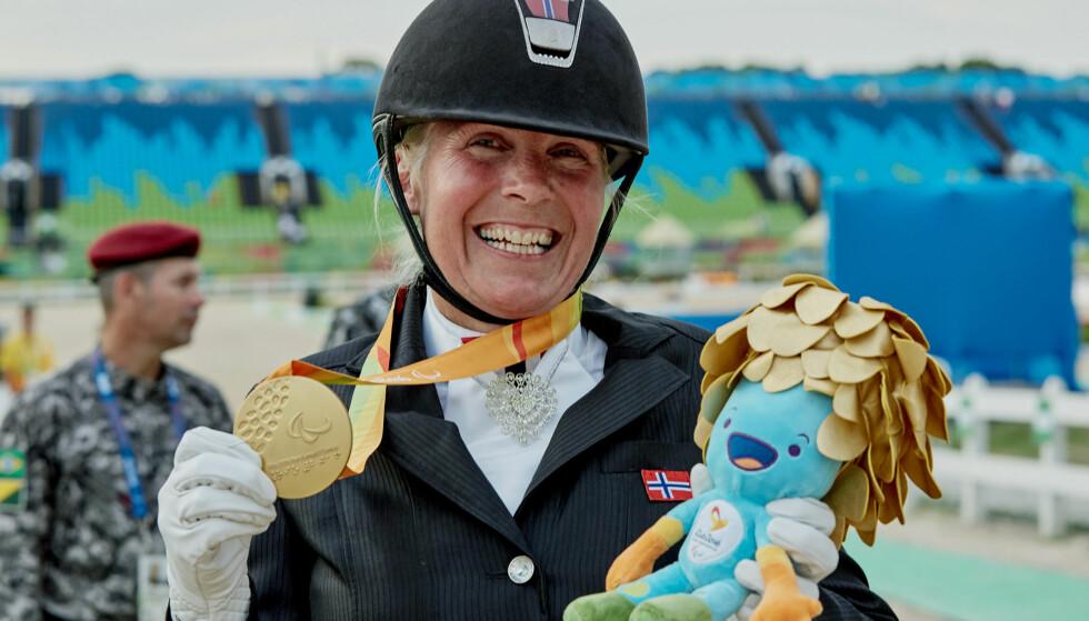 GULLGLIS: Ann Cathrin Lübbe sammen med gullmedaljen. Seinere i mesterskapet sikret hun også en sølvmedalje. Foto: Caroline Dokken Wendelborg / Norges Idrettsforbund