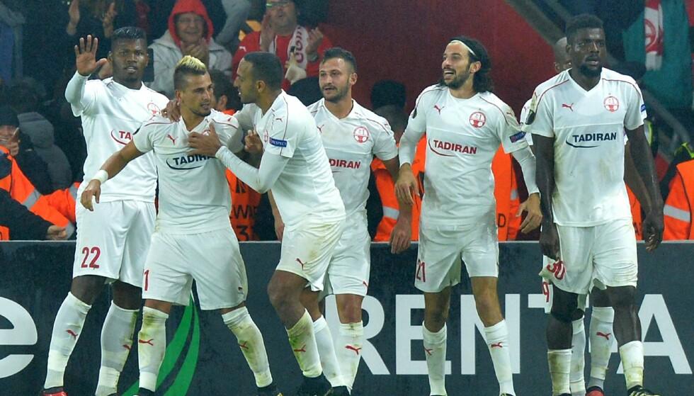 JUBLET VBILT: Maor Buzaglo (to fra venstre) jubler med lagkameratene etter de rystet Southampton. Foto: NTB Scanpix