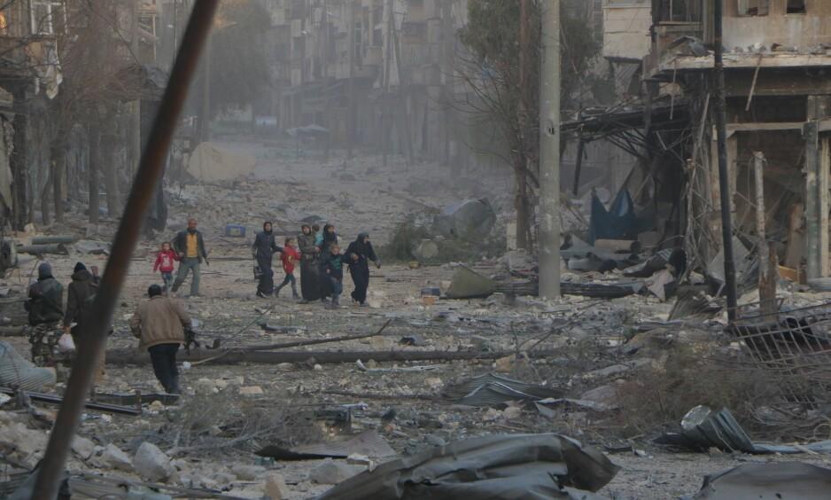DREPTE: Soldater som støtter Bashar al-Assad og hans regime gikk tidligere i dag inn i hjem i Øst-Aleppo og drepte alle som var der. Foto: Ibrahim Ebu Leys / Anadolu Agency / NTB Scanpix