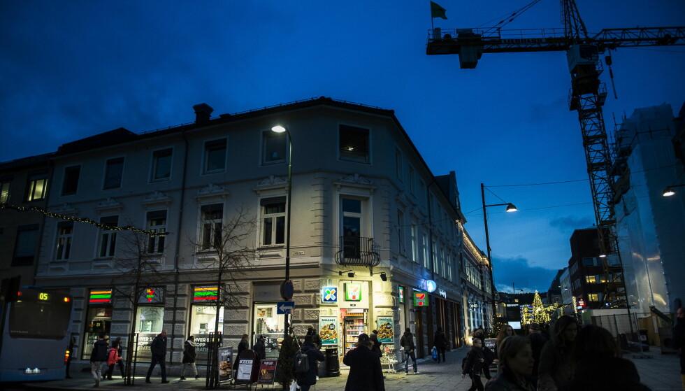 UNGDOMSMILJØET: 170 ungdommer sto bak 260 lovbrudd i Kristiansand i 2015, de aller fleste skjedde i sentrum. Her, ved 7/11 i Markens Gate i Kvadraturen, henger gjerne ungdommene på ettermiddager og kvelder. Foto: Lars Eivind Bones / Dagbladet