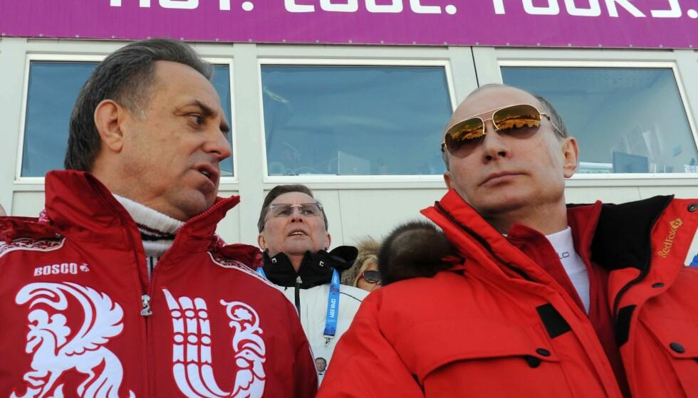 GODKJENTE ALT: Vladimir Putin med tidligere sportsminister Vitaly Mutko på tribunen under guttas skistafett i Sotsji-OL. De tok ingen sjanser, og sørget for at vertsnasjonen stilte godt dopet til lekene. FOTO: AFP/ Mikhail Klimentyev.