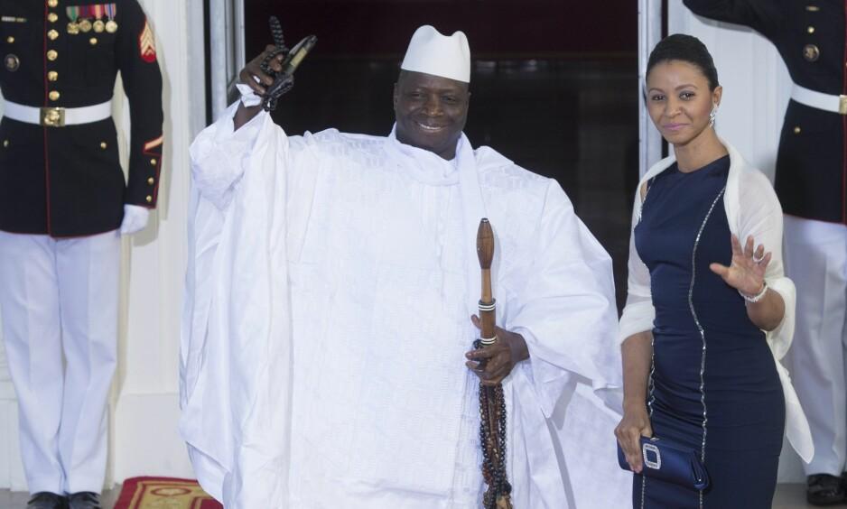 NEKTER Å TREKKE SEG: Gambias president Yahya Jammeh avviser valgresultatet i landet. Her sammen med førstedame Zeinab Suma Jammeh i 2014. Foto: EPA/MICHAEL REYNOLDS/NTB scanpix