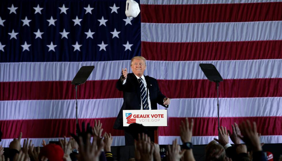 FIKK HAN HJELP? Ifølge Washington Post mener nå CIA at Russland bevisst forsøkte å hjelpe Donald Trump til seier i det amerikanske presidentvalget. Her er er den påtroppende presidenten på scenen i Baton Rouge i Louisiana under sin takketurné natt til lørdag. Foto: REUTERS/Mike Segar/NTB scanpix