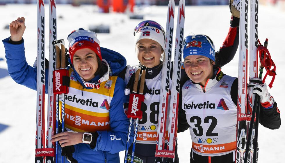 SUVEREN TETTRIO: Heidi Weng og Ingvild Flugstad Østberg sammen med den finske utfordreren Krista Parmakoski. FOTO: AP/Gian Ehrenzeller