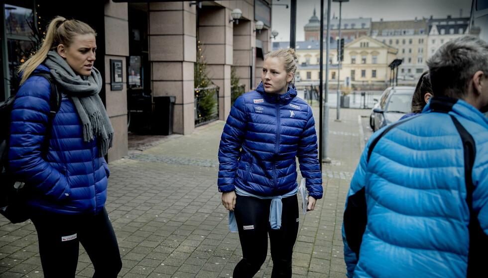 TIL TRENING: Emilie Hegh Arntzen og Vilde Ingstad på vei til trening. Foto: Bjørn Langsem / Dagbladet