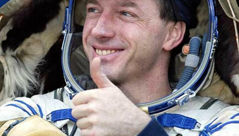 ALL OK: Den amerikanske NASA-astronauten Michael Foale viser tommelen, tydelig glad over å ha beina på fast jord igjen. Foto: AFP/MAXIM MARMUR