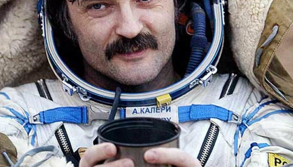 TE-PAUSE: Den russiske kosmonauten Alexander Kaleri nyter morgen-te etter den lange turen fra verdensrommet til moder jord. Foto: AFP/MAXIM MARMUR