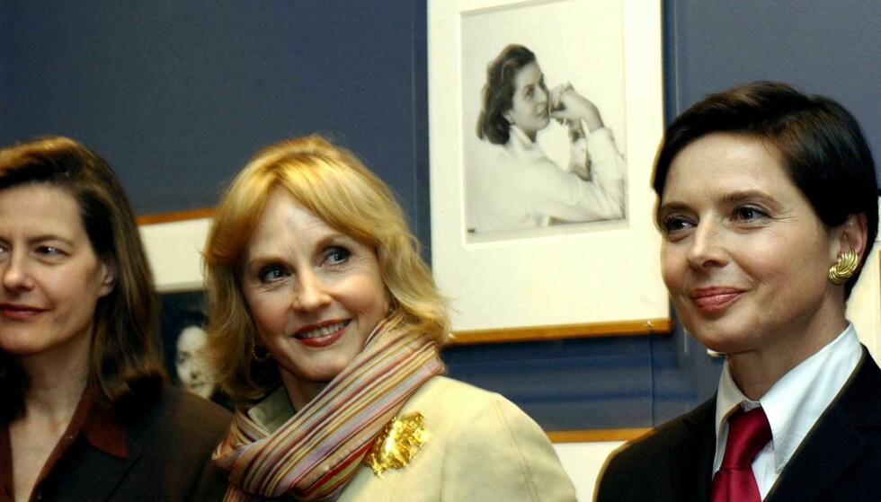 TRE DØTRE: Ingrid Rossellini, Pia Lindström og Isabella Rossellini åpnet utstillingen om deres mor, Ingrid Bergman (bildet på veggen) i New York. Foto: Kristina Nyborg
