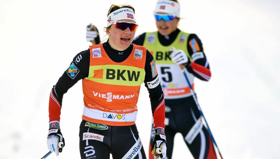 TO I TET: Maiken Caspersen Falla smiler etter nok en sprintseier i verdenscupen i Davos i dag. Falla mener det bare er i Norge det er større prestisje i å vinne en distanse enn en sprint. Foto: AFP / FABRICE COFFRINI/ NTB Scanpix