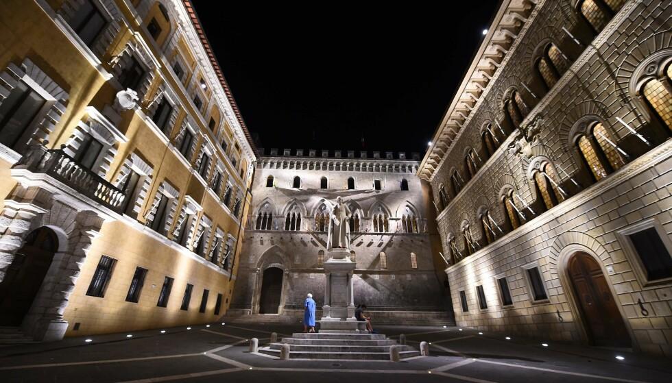 SLITER: Den italienske banken Monte dei Paschi di Siena, som er verdens eldste er i krise. Nå har de lagt en siste plan for å prøve å unngå avvikling. Her fra bankens hovedkvarter i et renessansepalass i Siena. Foto: AFP PHOTO / GIUSEPPE CACACE / NTB scanpix