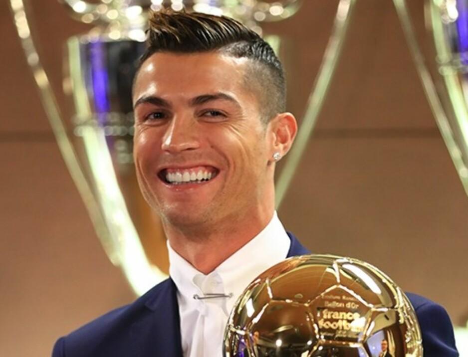 VANT: Cristiano Ronaldo vant France Footballs kåring og mottar dermed Gullballen. Foto: France Football