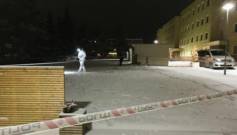 PÅ STEDET: Politiet har startet drapsetterforskning etter at en person ble funnet død i en leilighet på Mastmoen i Elverum. Foto: Kjetil Brorson Dahl / Østlendingen / NTB scanpix