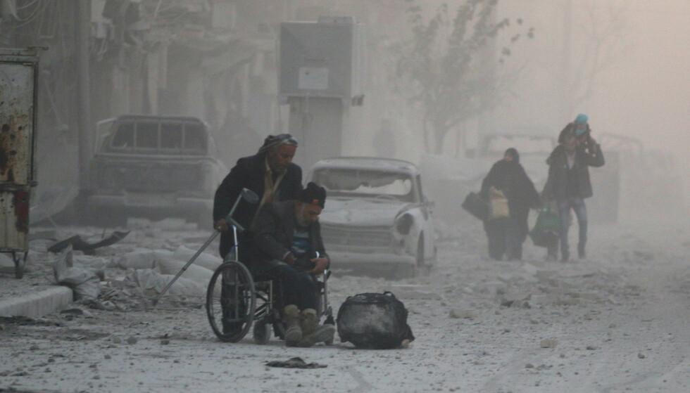 DEN LILLE VERDENSKRIGEN: Syria-krigen er som «en liten verdenskrig i miniatyr», mener professor. Her flykter innbyggerne fra den siste delen av det opprørskontrollerte området i Aleppo i Syria. Foto: Reuters/Abdalrhman Ismail/NTB Scanpix
