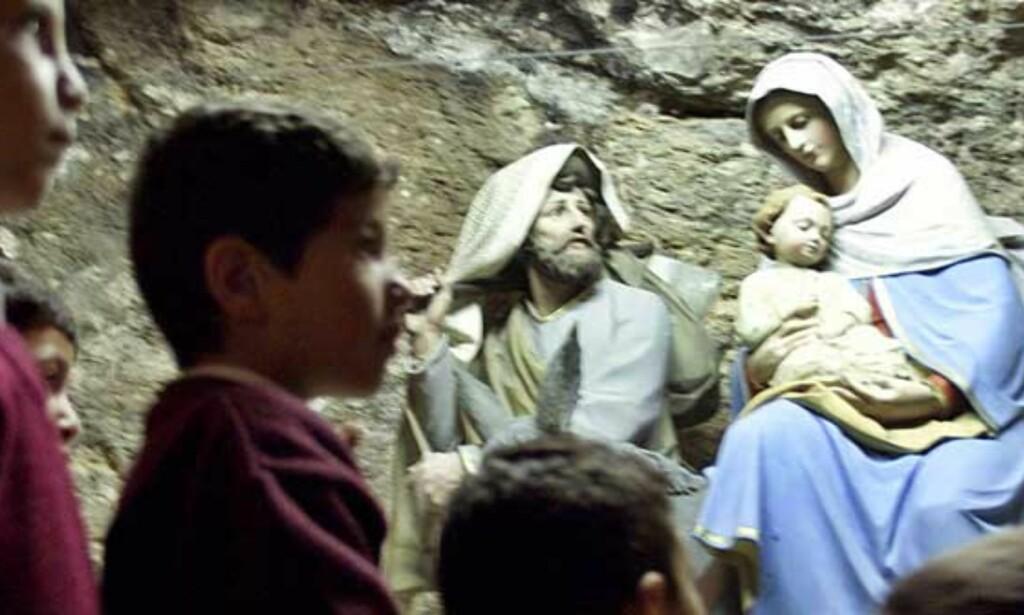 LULEHØYTID: Palestinske skolegutter feirer julehøytida i byen der Josef og Maria kom fra Nasaret for å skrive seg inn i manntallet. Foto: Reuters/Scanpix