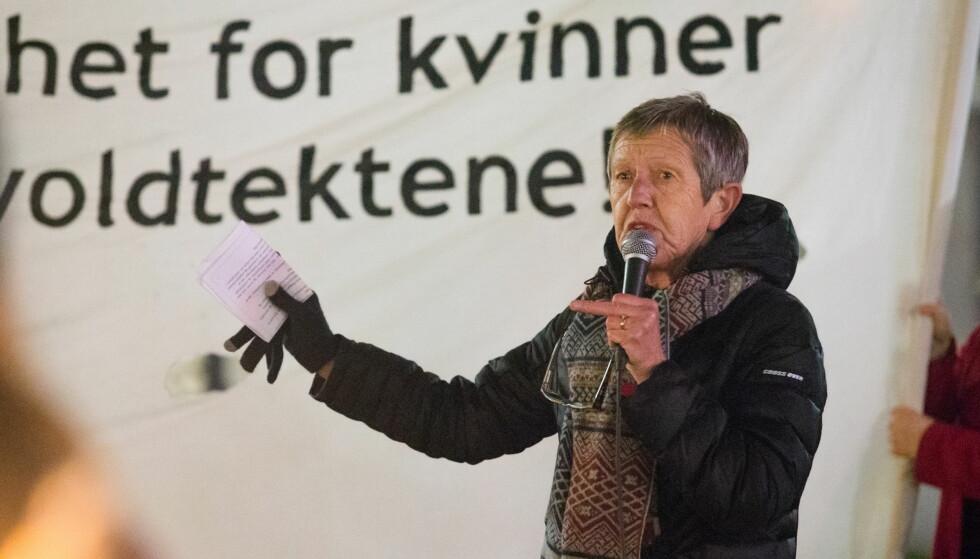 FAKKELTOG: Tove Smaadahl, leder i Krisesentersekretariatet, holder tale i forbindelse med et fakkeltog mot voldtekt og vold mot kvinner i regi av 25. novemberinitiativet. Foto: Audun Braastad / NTB Scanpix