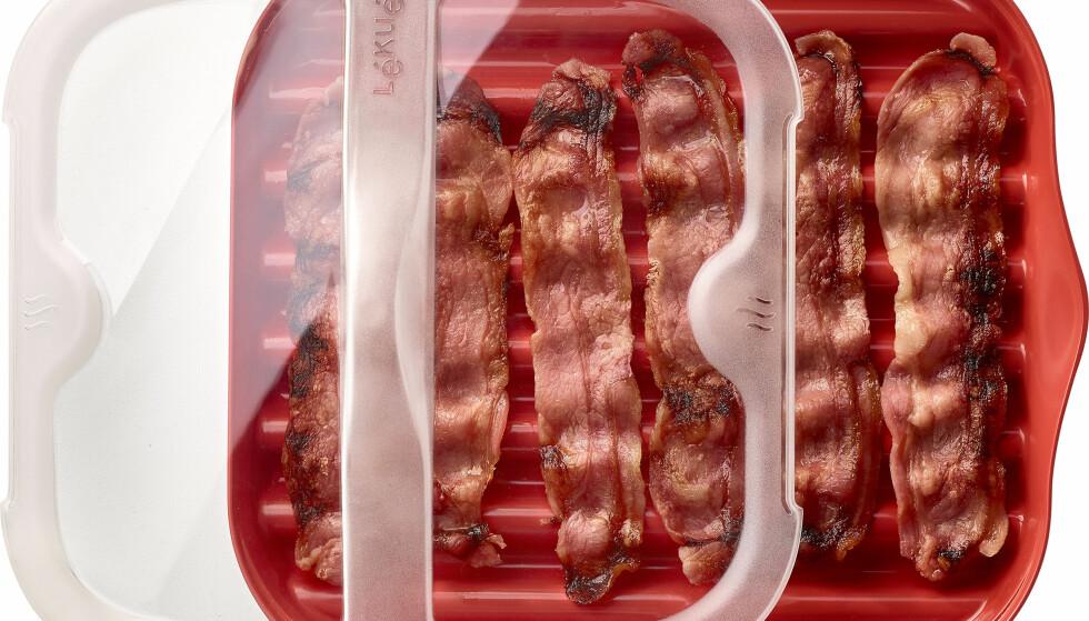 I BOKS: Baconsteker for mikrobølgeovn er blitt en hit denne jula. Produsenten lover sprøstekt bacon uten søl. En plassbesparende kaffetrakter som trakter rett ned i koppen, kommer også til å ligger under mange trær. Foto: Produsenten