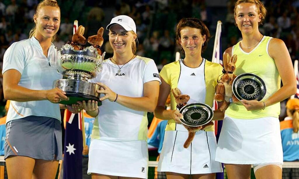 RUSSISK-AUSTRALSK SEIER: Davenport og makker Morariu fikk fat. Svetlana Kuznetsova og australske Alicia Molik kunne heve doublepokalen i Australian Open. Foto: SCANPIX/REUTERS