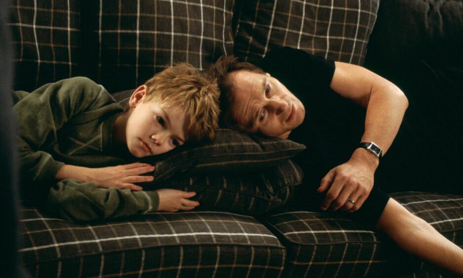 JULEFAVORITT: Den julete filmen om kjærlighet, «Love Actually», er fortsatt en julefavoritt hos nordmenn. Her er Thomas Sangster avbildet sammen med skuespiller Liam Neeson. Foto: NTB Scanpix