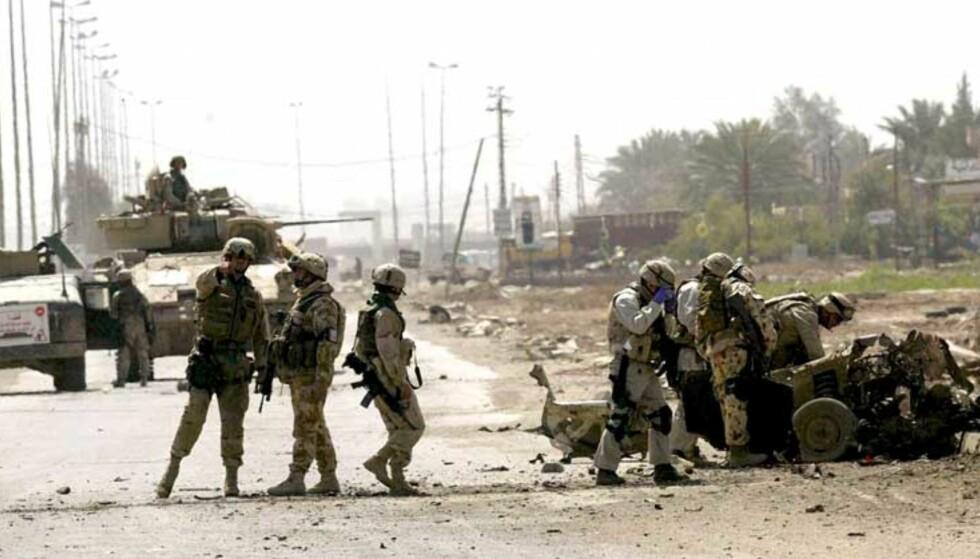 UNDERSØKER BILVRAK: Amerikanske soldater, Abu Graib, 30. mars 2005. Foto: EPA/ALI HAIDER