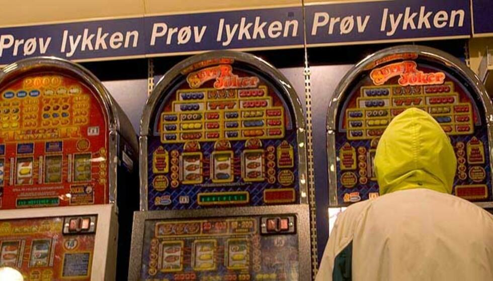 FARLIG MORO:  50 000 nordmenn er spillavhengige. Her fra noen spillautomater i Bergen i går. Foto: Oddmund Lunde