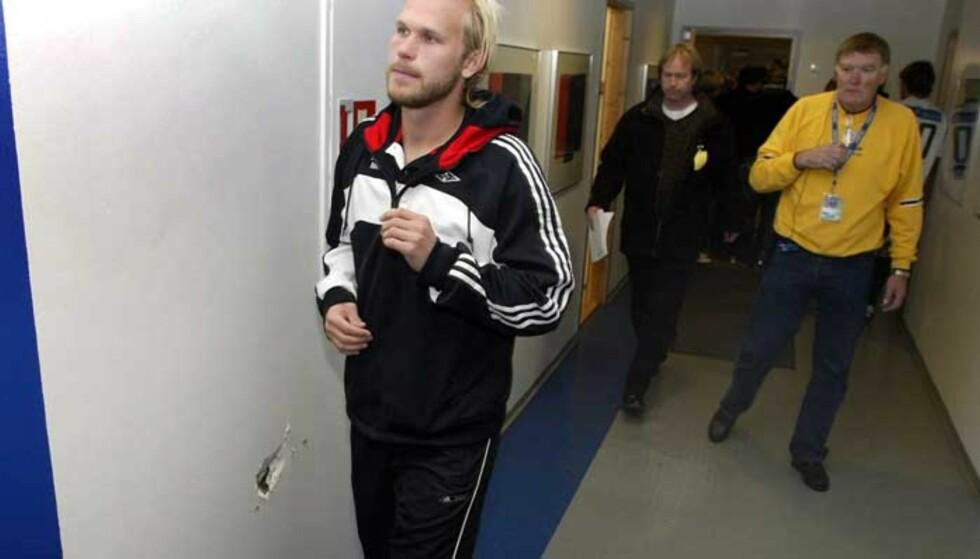 FRUSTRERT: Rosenborgs venstreback Mikael Dorsin på vei forbi hullet i veggen han selv lagde etter at han ble utvist. Foto: Tommy Jacobsen